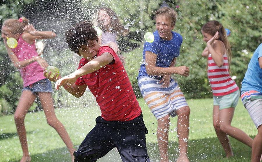 дети играют в Bunch O Balloons