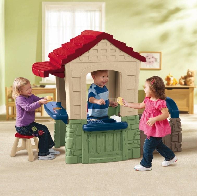 Домик Little Tikes в детской комнате