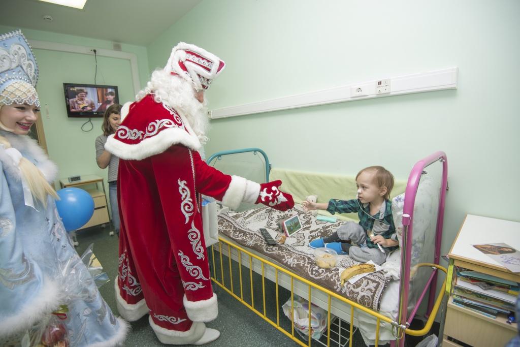 Новогодний праздник для детей в РНЦРР от благотворительного фонда Константина Хабенского и TOY.RU