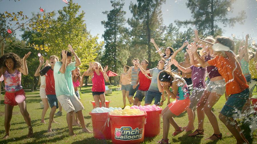 подростки играют в Bunch O Balloons