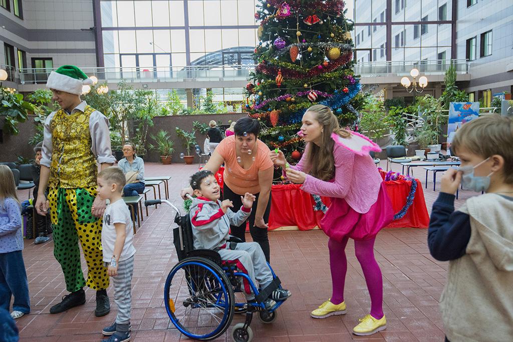 Новогодний праздник для детей в НПЦ имени В.Ф. Войно-Ясенецкого от благотворительного фонда Константина Хабенского и TOY.RU