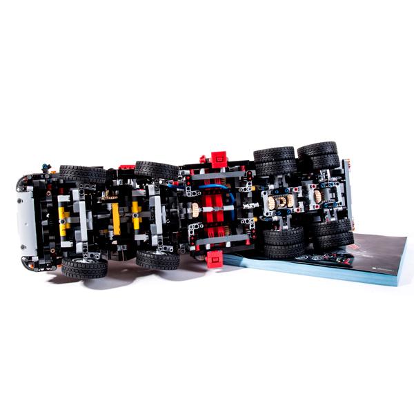 В грузовике Лего 42043 используется независимая подвеска и 2 дифференциала